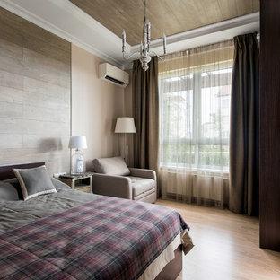 Создайте стильный интерьер: хозяйская спальня среднего размера в современном стиле с бежевыми стенами и светлым паркетным полом без камина - последний тренд