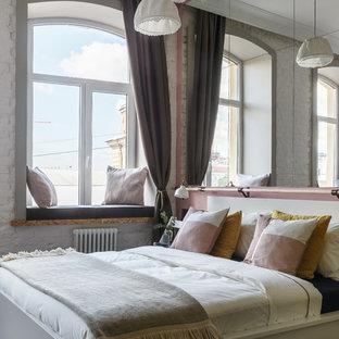 Стильный дизайн: большая спальня в современном стиле с ковровым покрытием, белыми стенами и серым полом - последний тренд