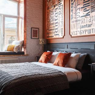 Пример оригинального дизайна: большая гостевая спальня в стиле фьюжн с оранжевыми стенами, ковровым покрытием и коричневым полом