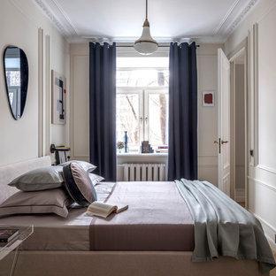 Идея дизайна: хозяйская спальня в стиле современная классика с бежевыми стенами, паркетным полом среднего тона и коричневым полом