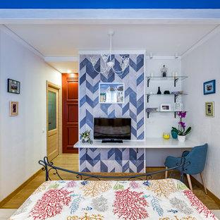 Imagen de dormitorio principal con paredes azules y suelo de corcho