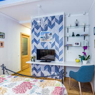 Foto de dormitorio principal con paredes azules y suelo de corcho