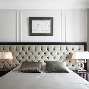 Пример оригинального дизайна интерьера: хозяйская спальня в стиле современная классика с белыми стенами