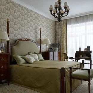 Неиссякаемый источник вдохновения для домашнего уюта: хозяйская спальня среднего размера в классическом стиле с разноцветными стенами