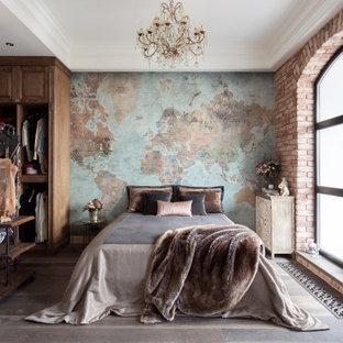 Стильный дизайн: хозяйская спальня в стиле кантри с разноцветными стенами, темным паркетным полом, коричневым полом, многоуровневым потолком и обоями на стенах - последний тренд
