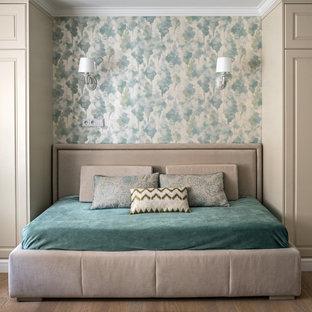На фото: маленькая спальня в стиле современная классика с разноцветными стенами, паркетным полом среднего тона и коричневым полом с