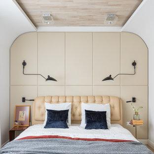 Свежая идея для дизайна: хозяйская спальня среднего размера в современном стиле с бежевыми стенами, паркетным полом среднего тона, бежевым полом, сводчатым потолком и панелями на части стены без камина - отличное фото интерьера