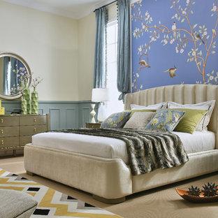 Неиссякаемый источник вдохновения для домашнего уюта: хозяйская спальня в стиле современная классика с разноцветными стенами, ковровым покрытием и бежевым полом