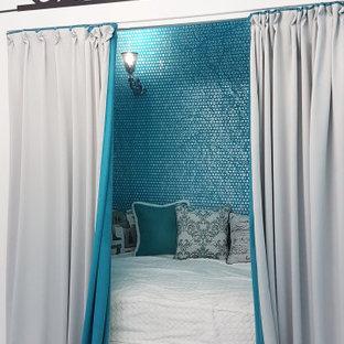Ejemplo de dormitorio principal, contemporáneo, pequeño, con paredes blancas, suelo de linóleo y suelo blanco
