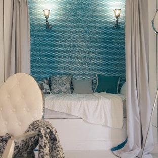 Diseño de dormitorio principal, actual, pequeño, con paredes azules, suelo de linóleo y suelo blanco