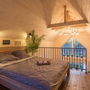 Idée de décoration pour une petit chambre parentale nordique avec un mur blanc et un sol marron.