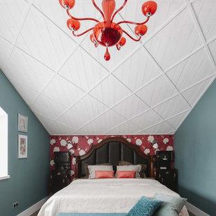 Идея дизайна: спальня на мансарде в стиле фьюжн с паркетным полом среднего тона и коричневым полом