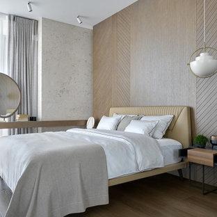 На фото: большая хозяйская спальня в современном стиле с бежевыми стенами, паркетным полом среднего тона и коричневым полом с