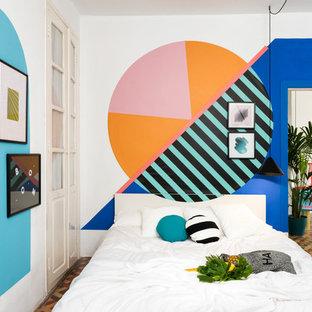 Стильный дизайн: хозяйская спальня в современном стиле с разноцветными стенами и разноцветным полом - последний тренд