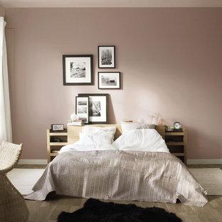 中サイズのコンテンポラリースタイルのおしゃれな寝室 (ピンクの壁、暖炉なし、無垢フローリング) のレイアウト