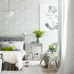 Свежая идея для дизайна: спальня среднего размера в современном стиле с светлым паркетным полом и зелеными стенами без камина - отличное фото интерьера
