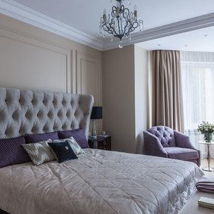 Свежая идея для дизайна: спальня в стиле современная классика с бежевыми стенами, светлым паркетным полом и бежевым полом для хозяев - отличное фото интерьера