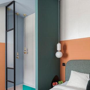 Свежая идея для дизайна: хозяйская спальня в стиле модернизм с разноцветными стенами и серым полом - отличное фото интерьера