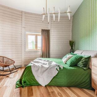 Пример оригинального дизайна: хозяйская спальня в современном стиле с зелеными стенами, паркетным полом среднего тона и коричневым полом