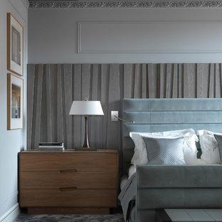 Неиссякаемый источник вдохновения для домашнего уюта: большая хозяйская спальня в стиле фьюжн с серыми стенами, ковровым покрытием и серым полом