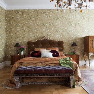 Идея дизайна: спальня в викторианском стиле с разноцветными стенами, паркетным полом среднего тона и коричневым полом