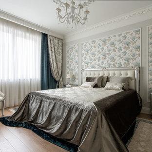 Идея дизайна: спальня в классическом стиле с серыми стенами, паркетным полом среднего тона и коричневым полом