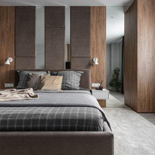 Свежая идея для дизайна: большая хозяйская спальня в современном стиле с коричневыми стенами и серым полом - отличное фото интерьера