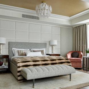 Пример оригинального дизайна: хозяйская спальня в стиле современная классика с серыми стенами, паркетным полом среднего тона и коричневым полом