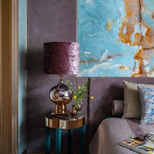 Immagine di una camera matrimoniale contemporanea con pareti viola e nessun camino