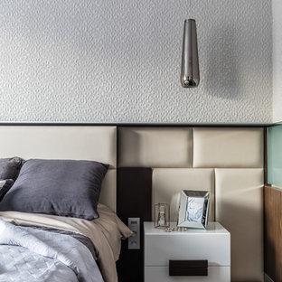 На фото: хозяйская спальня в современном стиле с темным паркетным полом, коричневым полом и серыми стенами с