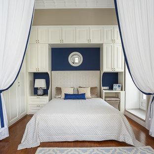 На фото: спальни в классическом стиле с бежевыми стенами и паркетным полом среднего тона без камина для хозяев