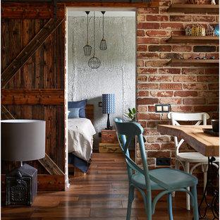 モスクワの小さいラスティックスタイルのおしゃれな主寝室 (グレーの壁、濃色無垢フローリング、茶色い床) のレイアウト