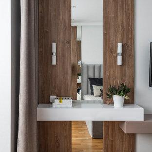 На фото: хозяйская спальня среднего размера в современном стиле с серыми стенами, паркетным полом среднего тона и бежевым полом