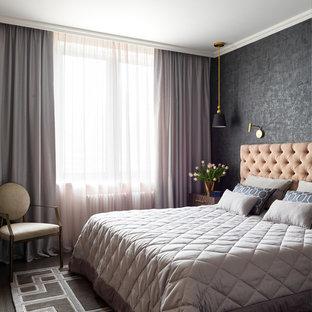 Ispirazione per una camera matrimoniale classica di medie dimensioni con pareti grigie, pavimento in legno massello medio e pavimento marrone