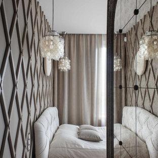 Неиссякаемый источник вдохновения для домашнего уюта: спальня в современном стиле с бежевыми стенами и светлым паркетным полом
