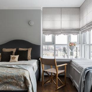 Стильный дизайн: гостевая спальня в классическом стиле с серыми стенами, темным паркетным полом и коричневым полом без камина - последний тренд