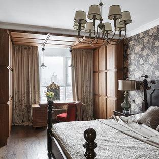 Стильный дизайн: хозяйская спальня в классическом стиле с разноцветными стенами, темным паркетным полом и коричневым полом без камина - последний тренд