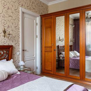Стильный дизайн: спальня в классическом стиле с бежевыми стенами, паркетным полом среднего тона и коричневым полом - последний тренд