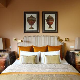 Идея дизайна: хозяйская спальня в стиле современная классика с желтыми стенами