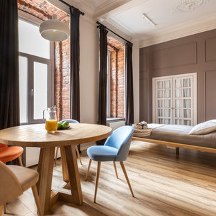 Пример оригинального дизайна: спальня в стиле лофт с серыми стенами, светлым паркетным полом, бежевым полом и правильным освещением без камина
