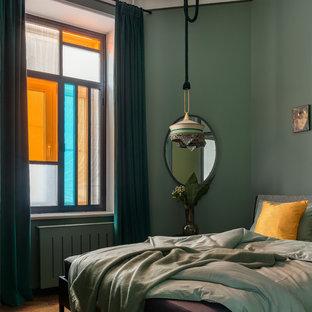 На фото: маленькая гостевая спальня в стиле фьюжн с зелеными стенами, паркетным полом среднего тона и коричневым полом