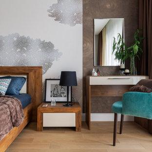 Пример оригинального дизайна: хозяйская спальня среднего размера в современном стиле с светлым паркетным полом, коричневыми стенами и бежевым полом