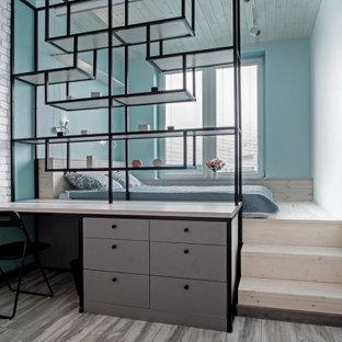 Cette photo montre une chambre scandinave avec un sol gris, un plafond en lambris de bois et un mur en parement de brique.