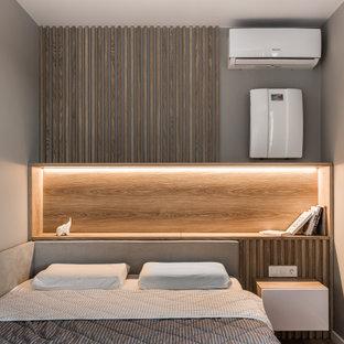 Foto di una piccola camera matrimoniale con pareti beige, pavimento in vinile e pavimento beige