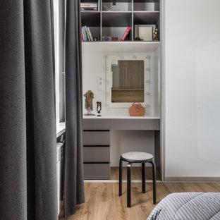 Ejemplo de dormitorio principal, pequeño, con paredes beige, suelo vinílico y suelo beige