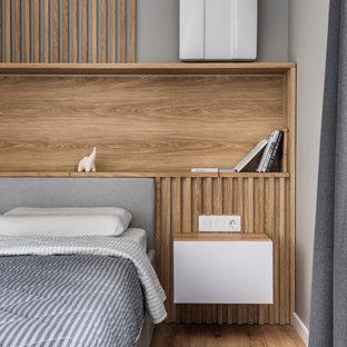 他の地域の小さいコンテンポラリースタイルのおしゃれな主寝室 (ベージュの壁、クッションフロア、ベージュの床) のレイアウト
