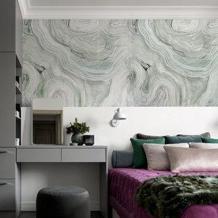 На фото: со средним бюджетом хозяйские спальни среднего размера в современном стиле с зелеными стенами