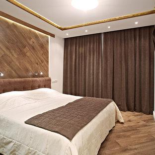 Неиссякаемый источник вдохновения для домашнего уюта: маленькая спальня в современном стиле с белыми стенами и паркетным полом среднего тона для хозяев