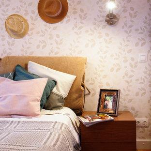 Foto de dormitorio principal, nórdico, de tamaño medio, con paredes blancas, suelo de madera en tonos medios y suelo amarillo