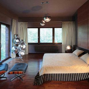 Geräumiges Modernes Schlafzimmer mit brauner Wandfarbe, dunklem Holzboden, braunem Boden und Holzwänden in Moskau